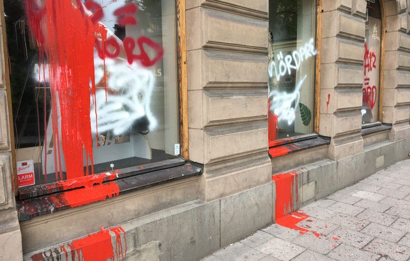Tienda peletera saboteada con un ataque de pintura en Suecia.